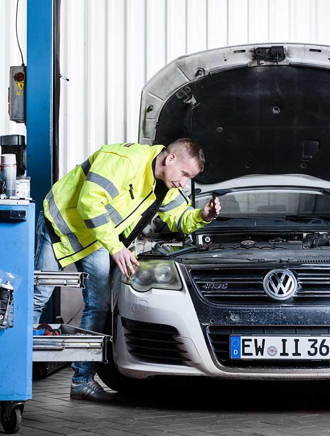 Thomas Fischer KFZ Unfallgutachter untersucht Auto